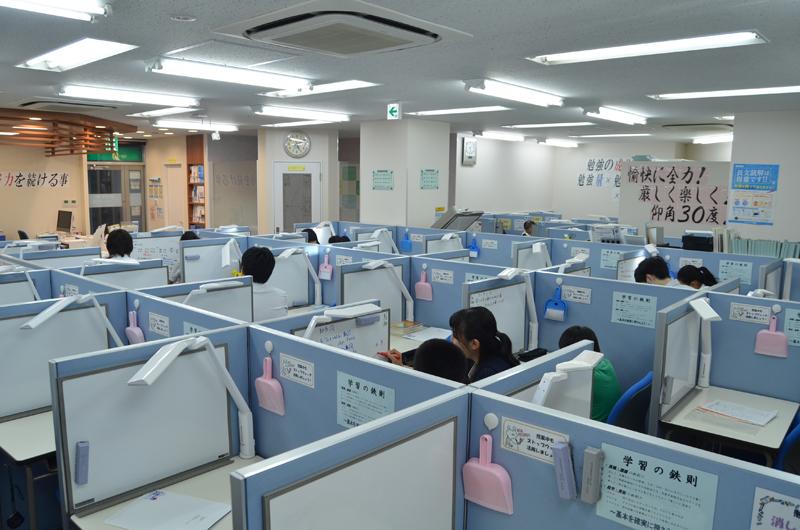 広くて快適な教室です。防犯・防災システムも完備されておりますので安心です。また、メール通知システムでお子様の登下校をお知らせいたします。