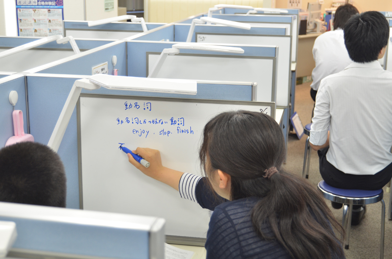 全てのブースにホワイトボードが設置されており、ホワイトボードを使って分かりやすく説明します。CGパーソナルは、教えるときはマンツーマンの完全個別指導です。生徒が分かるまで、何度でも親身に教えます。