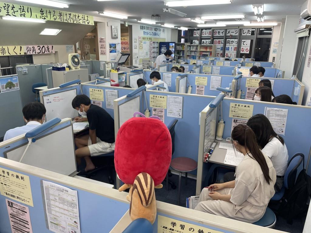【教室内】個別指導のブースがたくさんあるなり。みんな勉強頑張っているなりっす!教室は活気にあふれているなりっすなー!