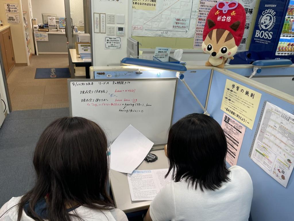 【ホワイトボード】ふむふむ…。ホワイトボードにポイントが書かれていて分かりやすいなりっす!授業ではノート指導も行っているなりっすね!