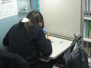 """◇自習スペースも完備 一人ひとり、目的を持って勉強しています。個別指導の自習スペースでは、分からないところは、その場で質問できますので、必ず""""分かった!""""の状態で次に進んでいくことが可能です。 受講前&後、学校帰り、テスト週間に、どんどん自習室を活用しよう。"""