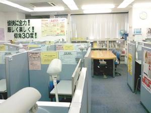◇明るく広々とした教室 個別指導ブースが整然と並び、整理整頓された教室は勉強の場として最適です。テスト対策プリントなどもご用意しておりますので、受講科目以外の相談にもお気軽にどうぞ。