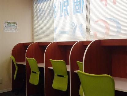 <自習スペース> 静かな環境で集中して勉強できます。わからない問題や質問があれば講師が即座に対応します!