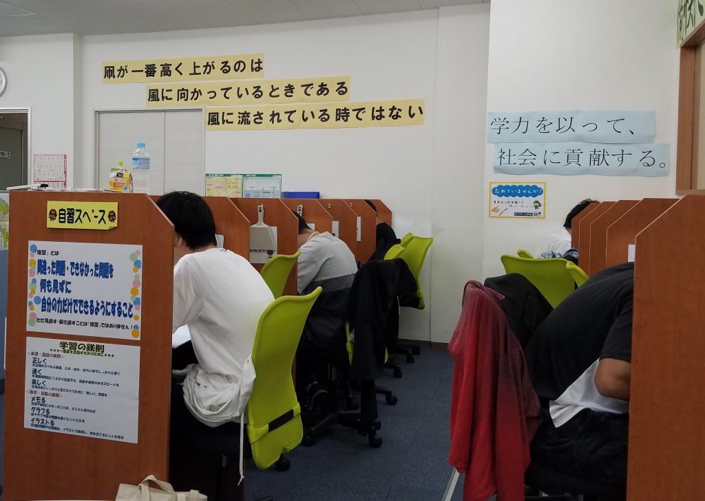 <自習スペース> 授業以外の日も利用できます。皆が集中する環境で勉強効率をUP!
