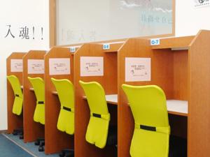 自習スペースを完備。授業以外の日も利用できます。分からないところは先生に聞くことができます。