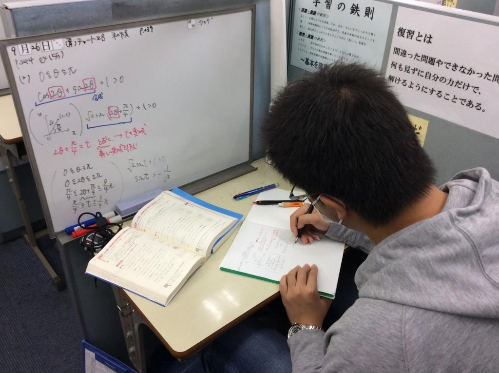 授業はホワイトボードを利用して板書を行いますので、必ずノートを持参して授業を受けていただいております。またストップウォッチを利用することで、授業に緊張感を持たせております。
