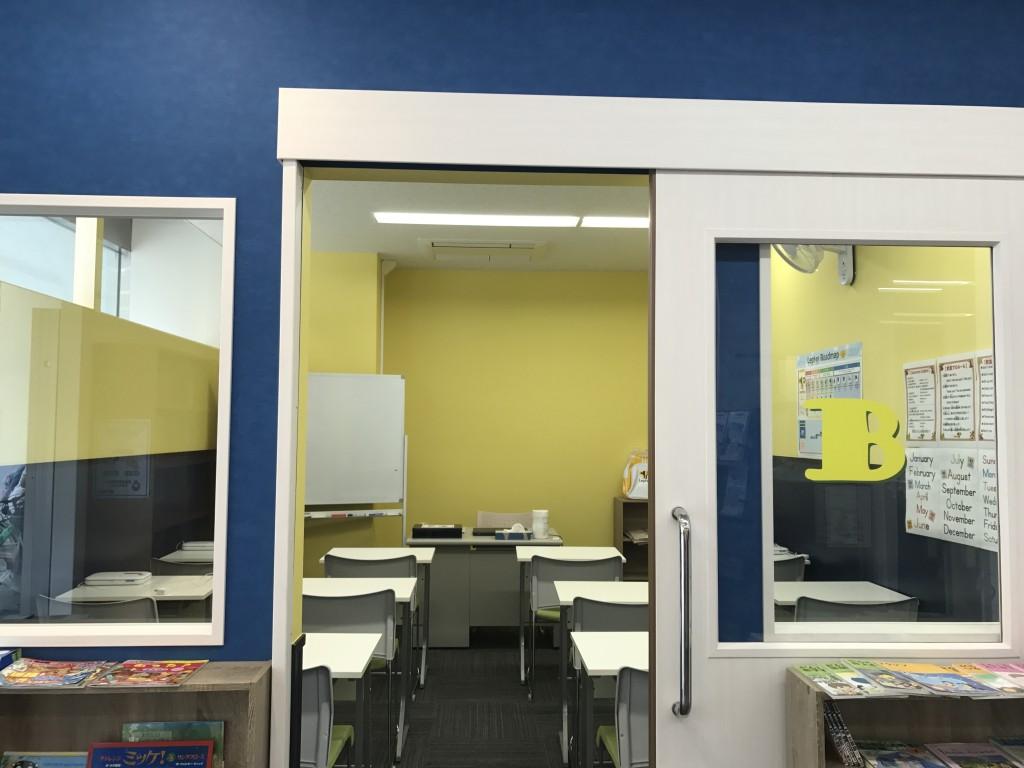 レプトン英語教室専用教室。こちらはブルーの壁紙が目印です!
