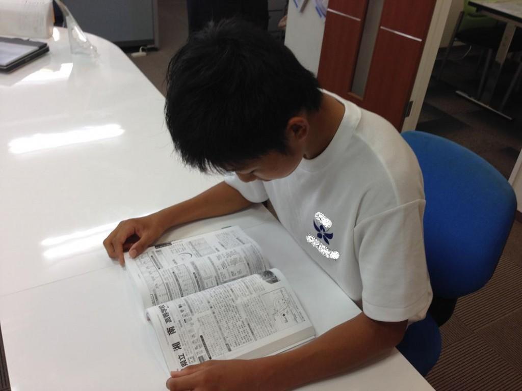 ○大好評速読講座 武蔵新城教室では速読講座も受講できます。読書速度・読解力の向上はもちろんですが、「判断力」「理解力」「記憶力」の向上にも効果があります。読解だけではなく、ゲーム性のある計算トレーニングや記憶トレーニング、言葉遊びなど様々な角度からアプローチできますので「楽しく学習したい」「読み・書き・計算などの基礎学力を向上させたい」など、あらゆるニーズにお応えできます。 <速読で受験対策> 試験では限られた時間での中で、問題文を読み、解答を考え、答案を作成する作業を行ないます。例えば、読書速度スピードが3倍になれば、30分かかっていた読む時間が10分に短縮でき、その差の20分間を、しっかり考えたり答えたり、見直したりする時間に使えます。特に受験では、たとえ1分でも2分でも多く考える時間が増えるとそれだけ合格に近づき、圧倒的に有利になります。
