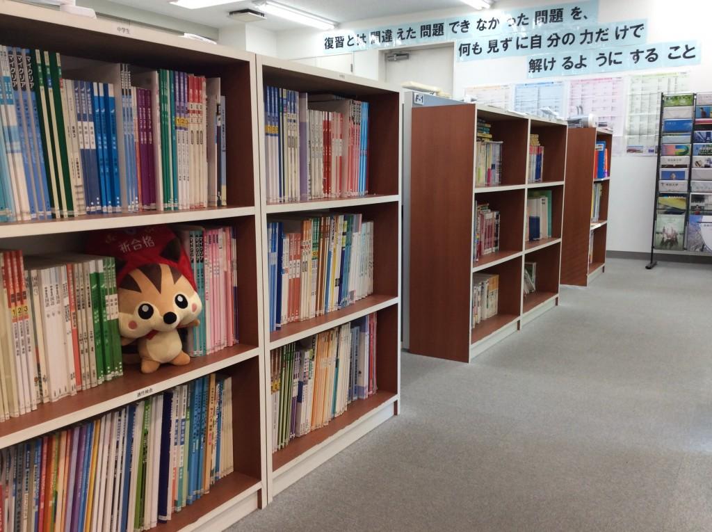 いろいろな種類の教科書がたくさんあるなりっす!
