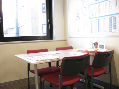 面談室には、中萬学院の豊富な受験情報を取りそろえております。ゆっくりとご相談ください。(学習相談・進路相談は予約制となっております。)中学受験、高校受験、大学受験、なんでもご相談ください。