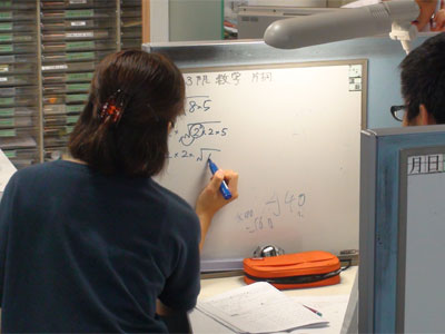 実際の教室授業風景です!目の前にあるホワイトボードを用いて講師が丁寧に指導して参ります!