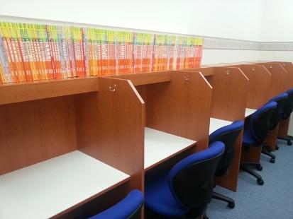 個別ブースタイプの自習室は、授業以外の曜日でも使用可能です。  職員室から、中の様子も見られるため、  集中した勉強時間を確保していただけます。