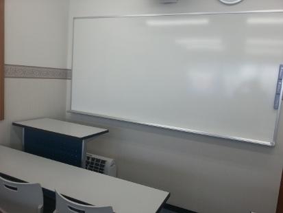 全教室ホワイトボードです。  理科や社会では、映像を使った授業も展開します。