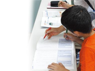 密度の濃い1回60分の授業 玉井式国語的算数教室は、通いやすく続けやすい週1回60分(月4回)となっています。その中で扱っていく内容は・・・基本的には4つのプログラムになります。①きほんのおはなし②ものがたり算数③かたちの形④えいごもこくご