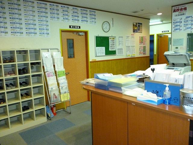 広く、オープンになっている事務室で  先生と生徒の距離も近いです。