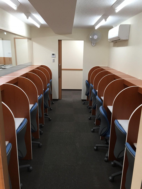 【自習室】  個別ブース型の自習室は、授業の前後や授業のない日の使用も可能です。  保護者の方のお迎え待ちの間もご活用ください。
