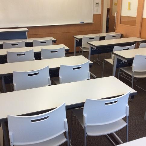 【使用教室】  20名~22名定員の教室で、一人ひとりとの関わりを大切にした授業が展開されます。