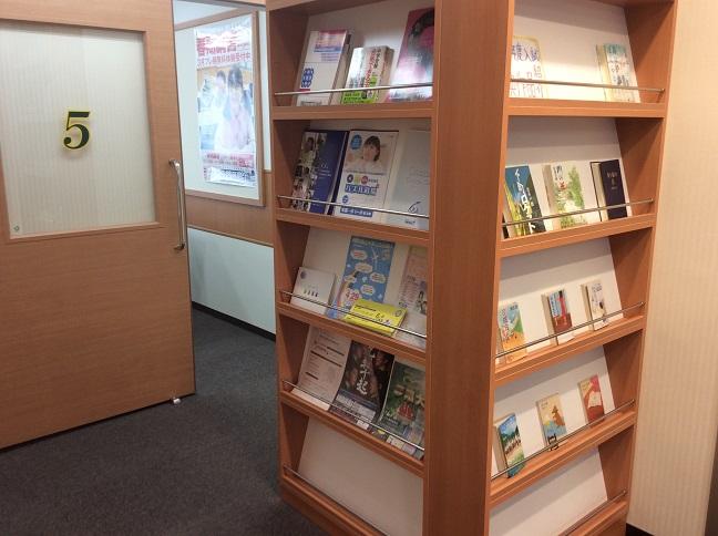 【図書コーナー①】  中学入試で出典された作品の紹介や、中学校説明会のご案内等ございます。