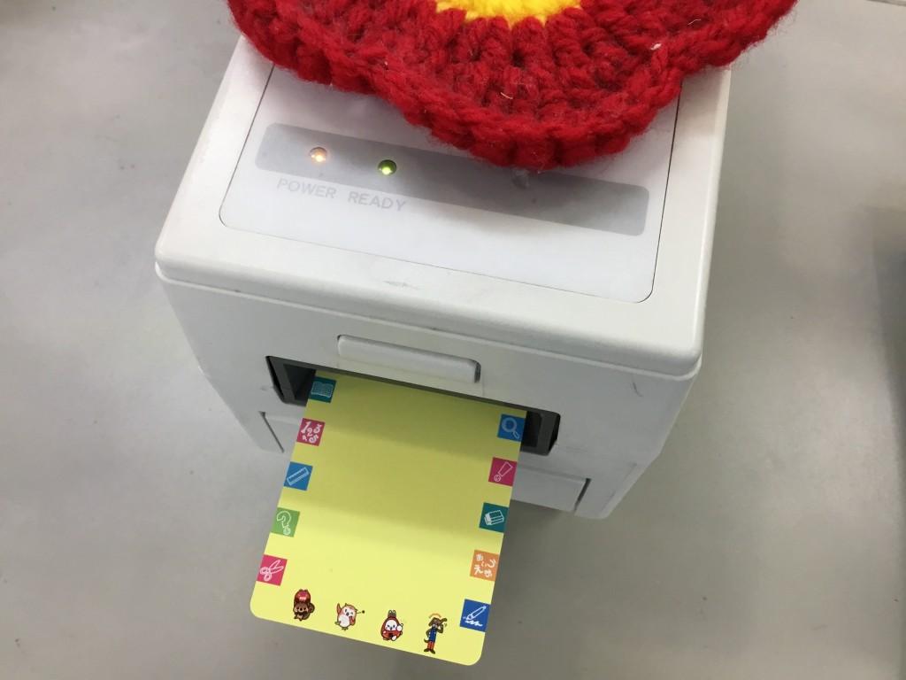 登校したらまず「ポイントカード」を通します。カードを通すと、保護者の方にメールが届くシステムとなっています。また、カードを通すとポイントがたまり、さまざまなアイテムと交換できます。