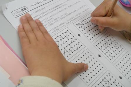 ★☆★☆★ベーシックトレーニング★☆★☆★ 算数パズル道場では授業の最初に頭の体操としてベーシックトレーニングを行います。 ♪例えば点描写は全ての基本。小学校で黒板の字をうつしたり、漢字練習をしたり…。3分間集中して行います。
