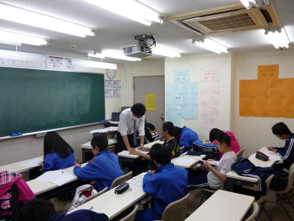 ~テスト対策~  中学校の定期テスト対策は約2週間前から本格的に始まります。 各中学校の範囲に合わせて徹底的に問題を解かせていきます!