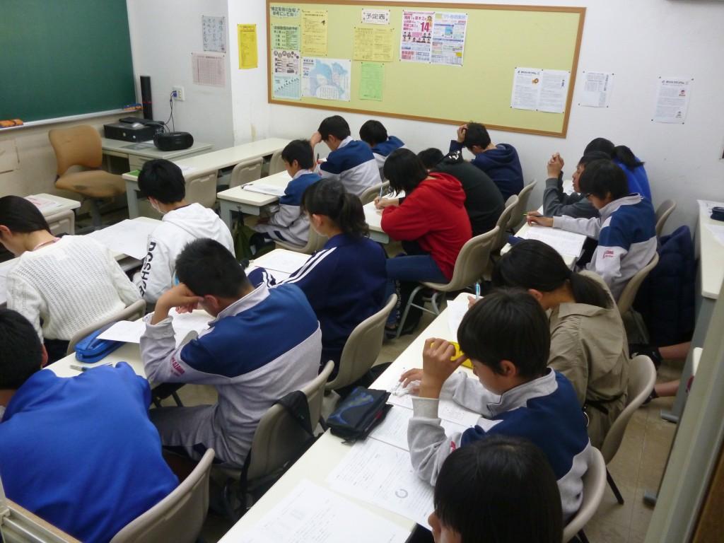 ~全県模試~ 20190321  入試に向けた模試を行っています。 毎回、生徒に伝え続けていることは「模試を入試だと思って受験をすること!!」 生徒全員が目標点にむけて問題に取り組むさまは、真剣そのものです!  伊勢原スクールでは2学期から入試当日と同様に、制服での受験を行っています。