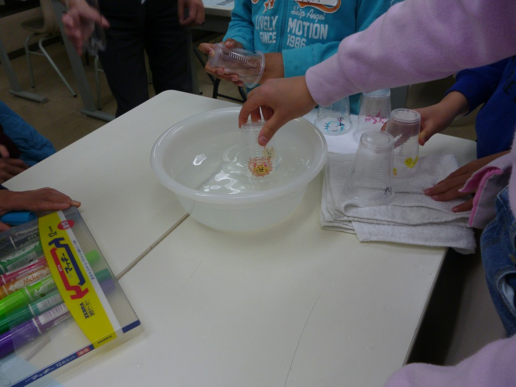~理科実験教室~ 20190323  生徒から大好評の理科実験教室です。 この回のテーマは「全反射の不思議!」 絵が消えることが不思議で、何度も何度も コップを水に入れたり出したりしていました。 好反応でした!