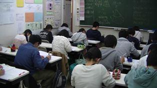 * 定期テスト対策 * テスト対策の様子です。難しい問題にチャレンジしながら、みんな真剣に頑張っています。
