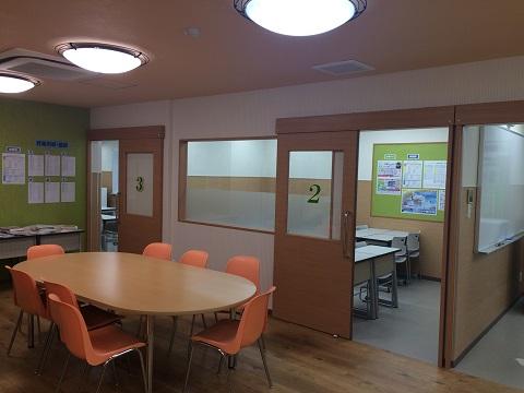 真新しい教室です。中央にはラウンジを設け、自習・質問ができるスペースになっています。