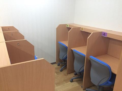 自習室を完備しています。ブースに分かれているため集中して学習ができます。