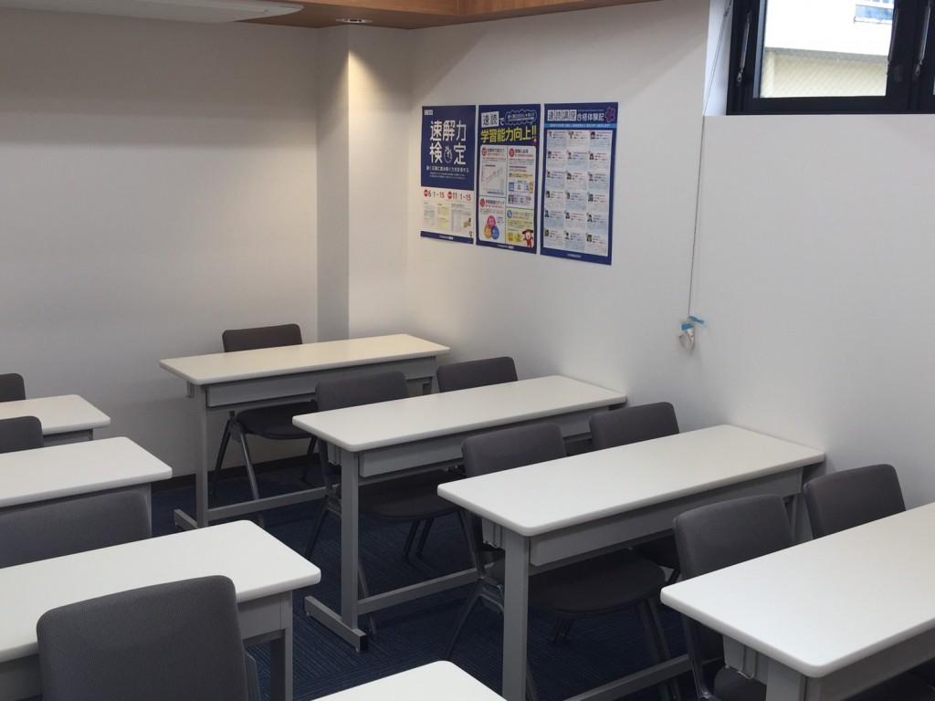 個別塾では珍しく集団教室がございます。普段は自習スペースとして開放しておりますが、定期テスト前はテスト対策を実施し、受験生に向けた集団特訓も開催する予定です!