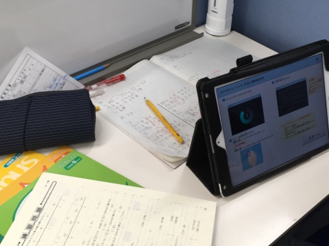「高度情報社会を乗り切る武器=速読」 速読はタブレットを使ってトレーニングを行います。