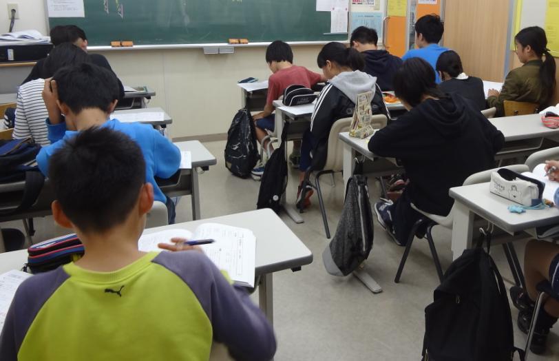 ■授業中の様子■「集中・活気・真剣」。中萬学院で大切にしている授業スタイルです。どの学年も集中して問題に取り組んでいます。