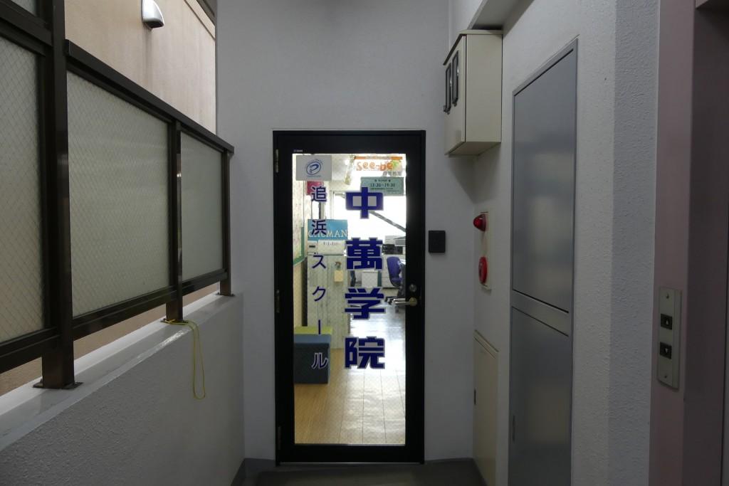 突き当りを右に曲がると入り口があります。