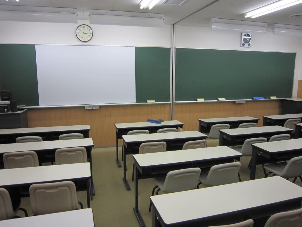 衣笠スクールの教室です。黒板だけでなく、プロジェクターを使った映像授業もあり、明るく楽しい授業が行われています。