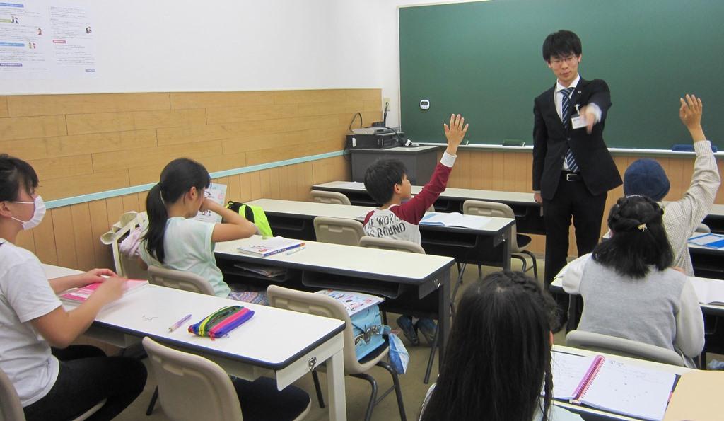 Jコース(小学生)算数の授業の様子です。全員がとても積極的に授業に参加しています!