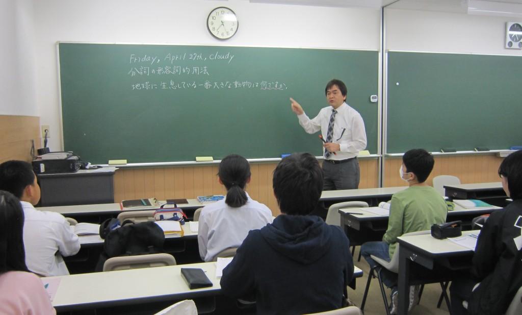 衣笠スクール室長鈴木先生の英語の授業です。 中学英語の難しい内容もベテラン講師が丁寧に教えます。「複雑な日本語も文の骨格をつかめば、簡単に英文にできる!」ということを実感できる授業です。