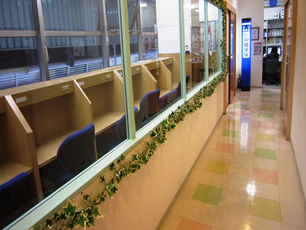 自習室が見える廊下を通って教室へ