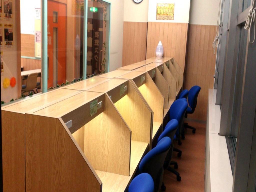 衣笠スクールの自習室です。一人ひとり区切られた席で、より集中できる環境を用意しています!特にテスト前になると多くの生徒が勉強しに自習室に通いに来ています。