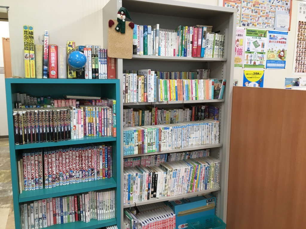 スクールの本棚です。入試やテキストにのっている作品も多数。もちろん借りて読むこともできます。