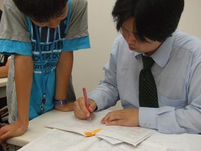 宿題は、決められたページ、プリントを、決められた曜日に提出します。授業前に講師に宿題を見せ、分からなかった問題をその場で質問します。