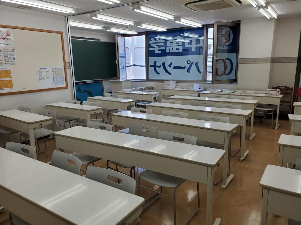 <教室です>大きな教室で授業を行うため、一人一人の間隔を大きく取ることが出来ます。授業の合間には、コロナ対策として、窓を開けて換気も行います。
