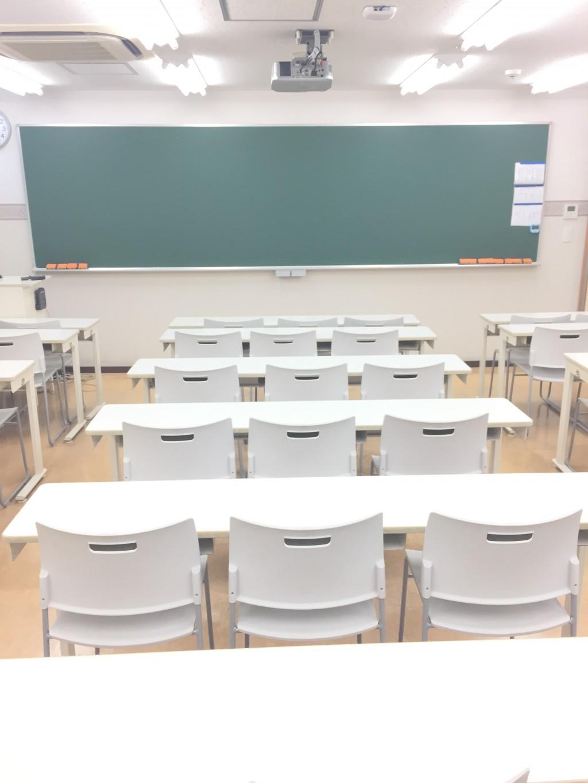 ♪・・♪ 鴨居スクールの教室です♪・・♪ 明るく広い学習スペースで集中・活気・真剣があふれる教室です。 是非一度、ここで授業を受けてみてください。