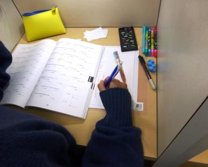 ♪・・♪ 自習室活用術♪・・♪ 鴨居スクールでは自習室で14名が勉強できます!!個別のブースになっているので集中して取り組むことができます。塾の無い日でも解放しています!どんどん使いにきてね☆
