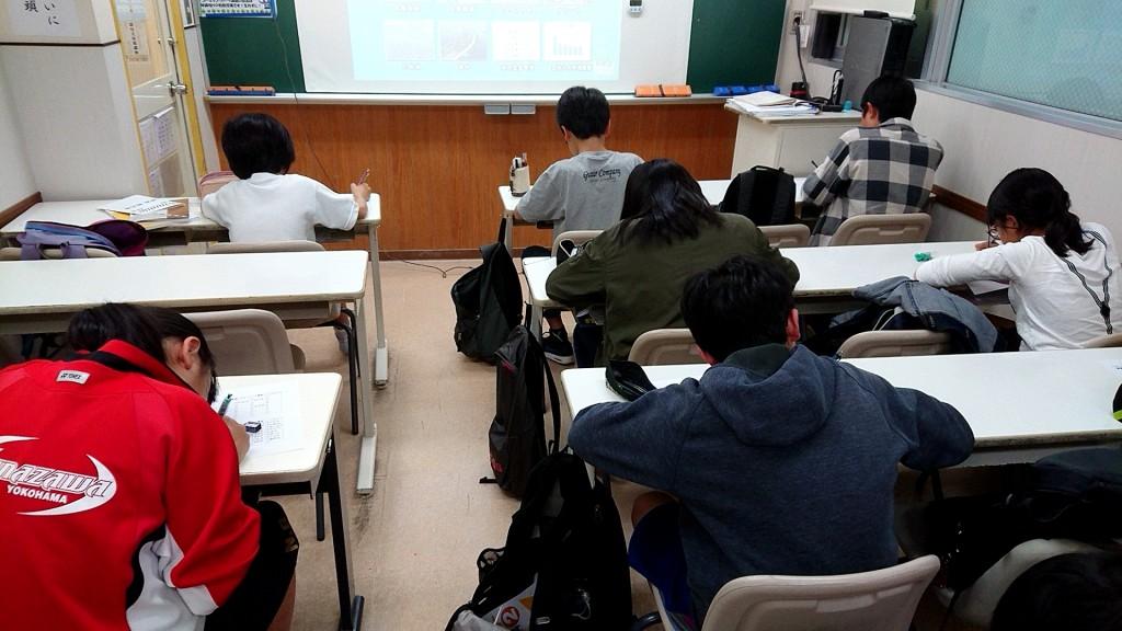 【中学部授業の様子 ~ その1 ~】 毎回、授業の最初に行われている確認テスト。 満点目指して頑張っています!
