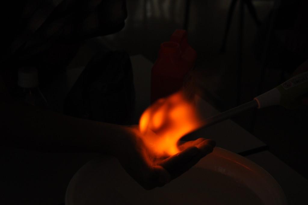 大人気の理科実験教室。 写真は、水素で膨らませたシャボン玉を、手のひらの上で爆発させてみる実験です。 在籍生以外の方のご参加も募集しておりますので、是非一度、スクールへとお問合せください。