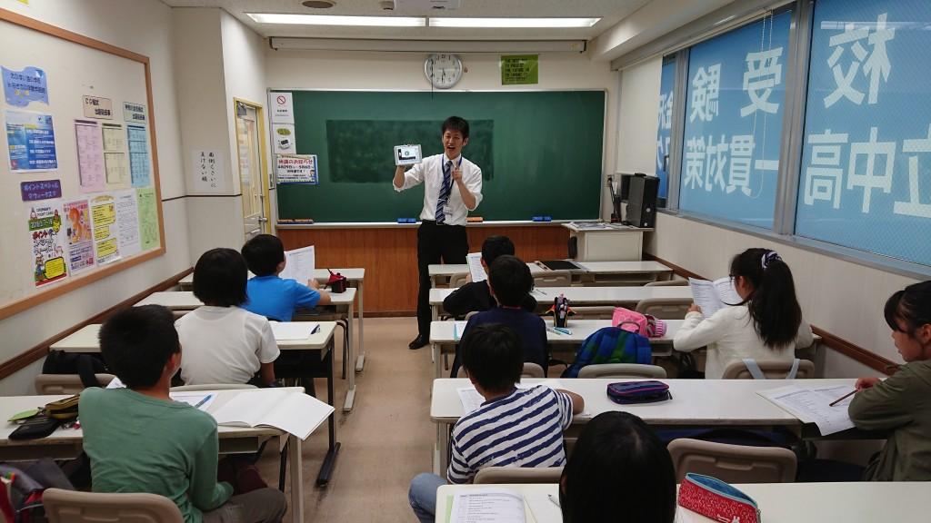 【Jコース授業の様子 ~ その1 ~】 6年生、英語の授業の様子です。 iPadも授業の中で活用しています。 授業の中では、生徒が積極的に英語を声に出す場面がたくさんあります。