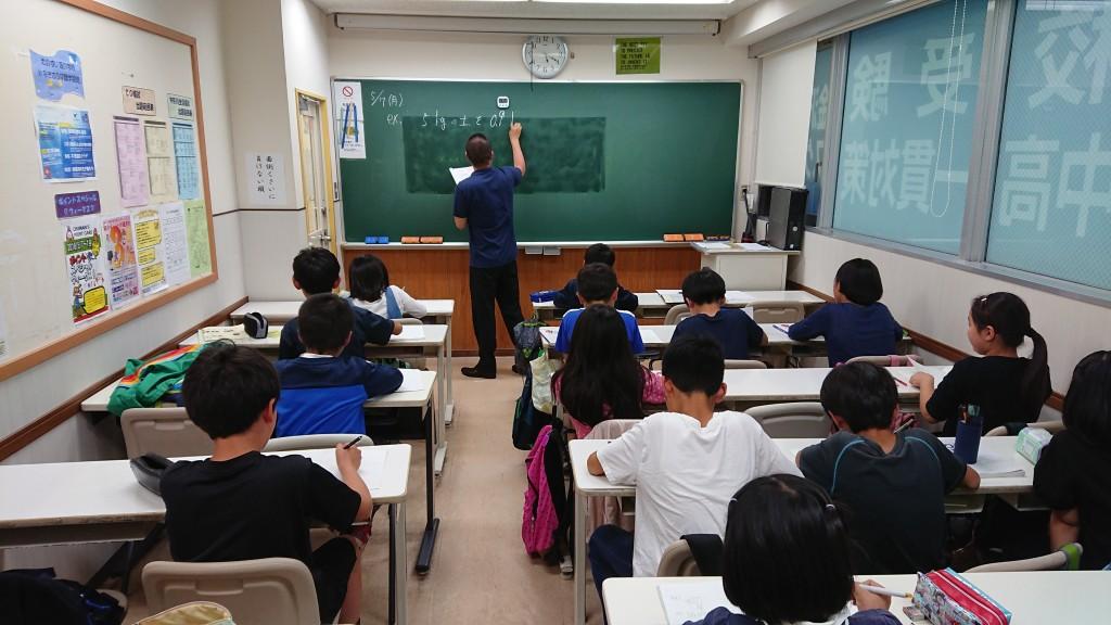 【Jコース授業の様子】 5年生、算数の授業の様子です。 思考力を鍛える授業を展開しています。