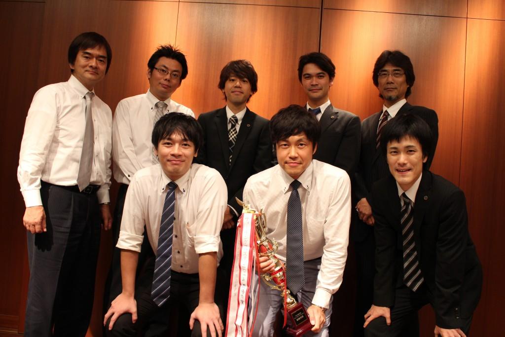 Teaching Festa 2連覇を達成! 中萬学院本社大ホールにて、 毎年、 Teaching Festa が行われます。 講師の「授業力」を競い合うこのイベントにて、 橋本室長が2連覇を達成! その実力の高さを再び大きく示すことになりました。
