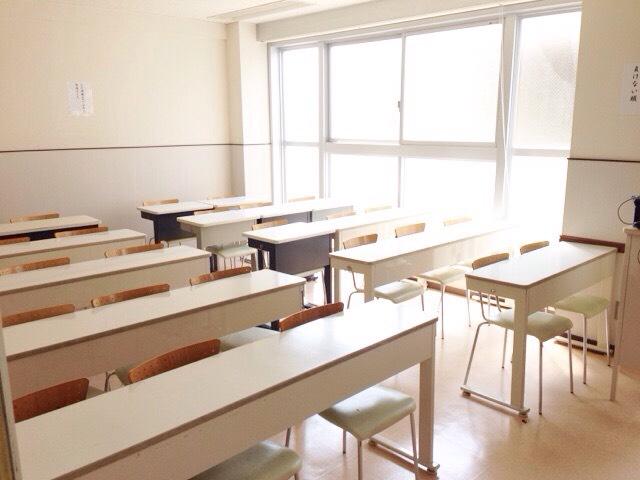 陽の光が入る明るい教室には、日々生徒たちの元気な声が響いています。授業中はしっかり集中!メリハリのある学習環境です。